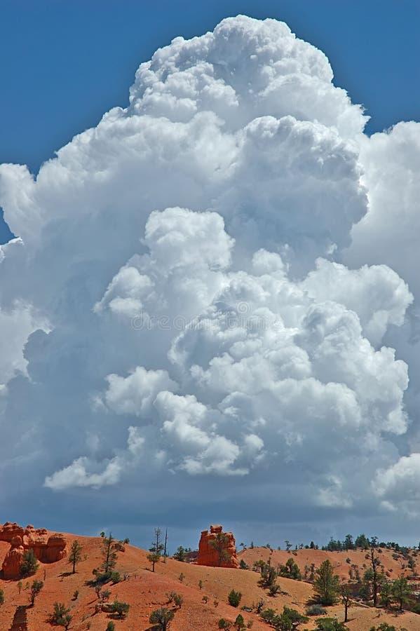 Wolke über roter Schlucht lizenzfreie stockfotografie