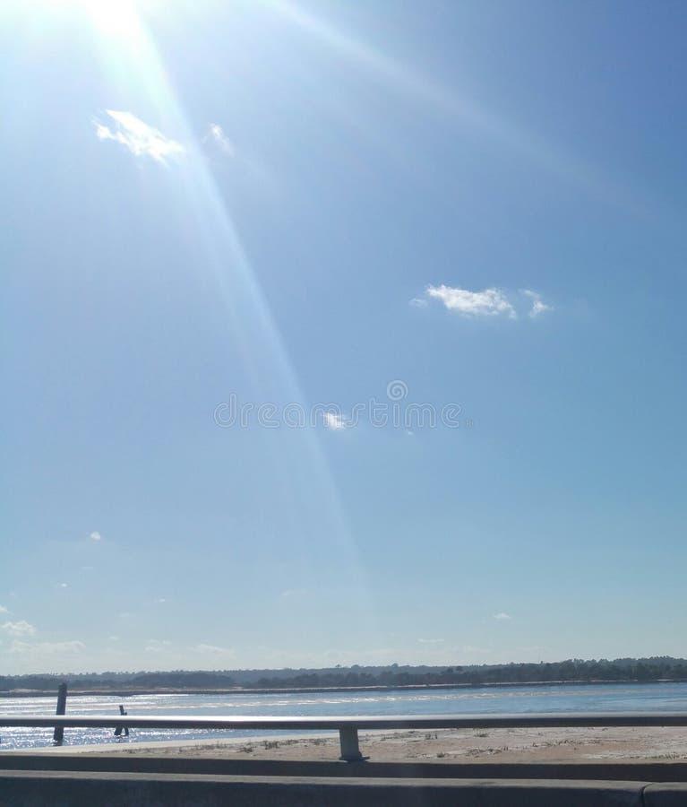 Wolke im Himmel und im Wasser stockbild