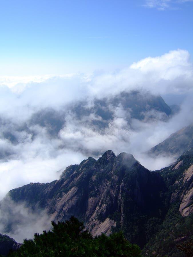 Wolke und Berg lizenzfreies stockbild