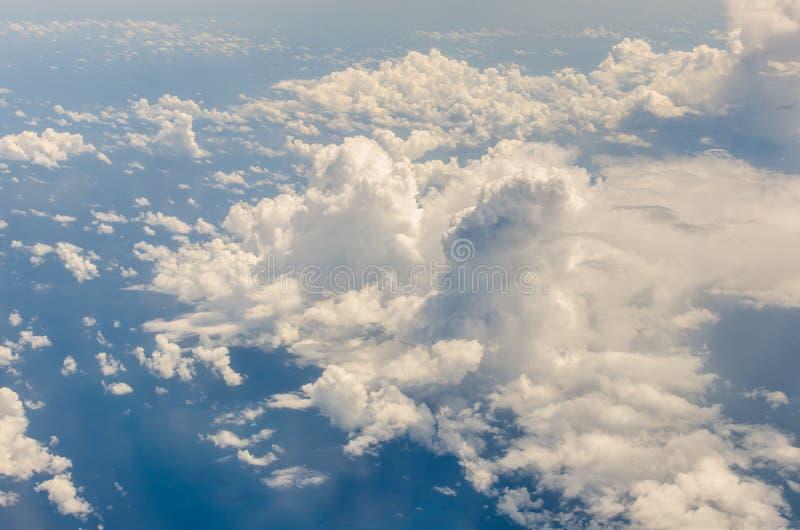 Wolke und blauer Himmel über Meer lizenzfreies stockbild