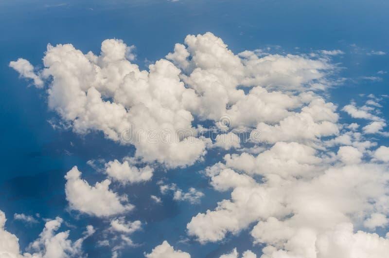 Wolke und blauer Himmel über Meer stockfotografie