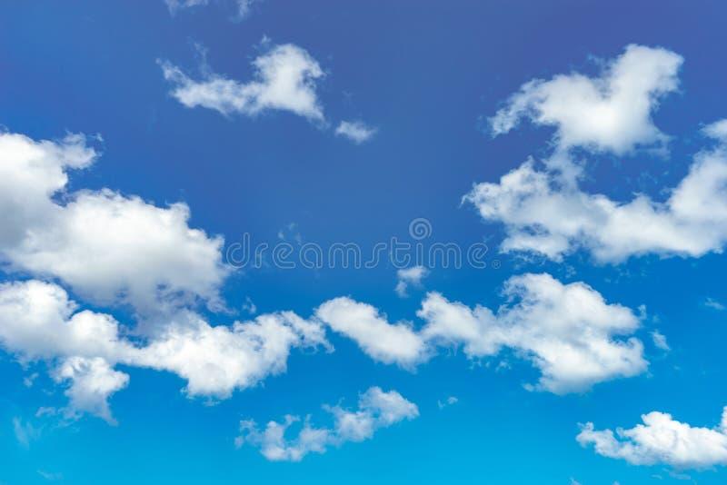 Wolke und blauer Himmel stockfotografie