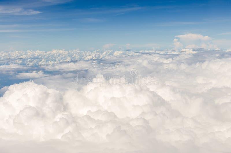 Wolke und blauer Himmel von der Vogelperspektive lizenzfreies stockbild