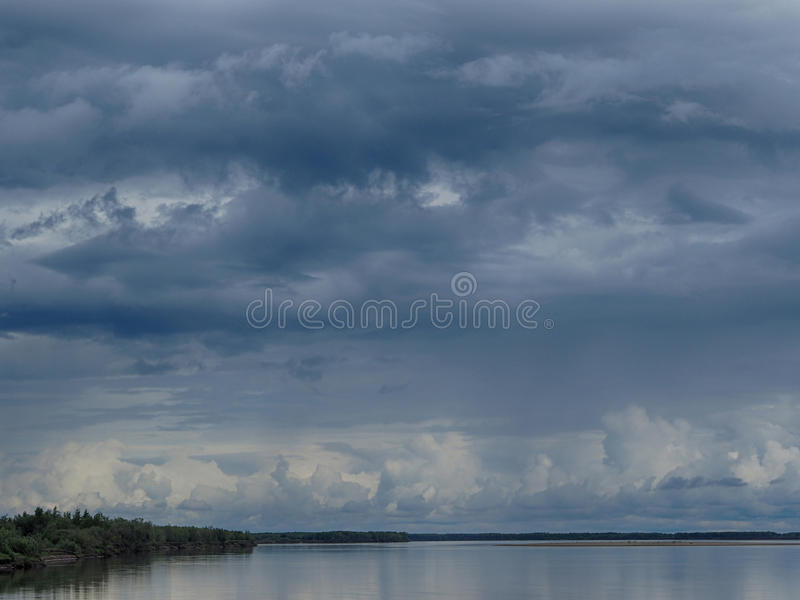 Wolken über dem Fluss Lena stockfoto