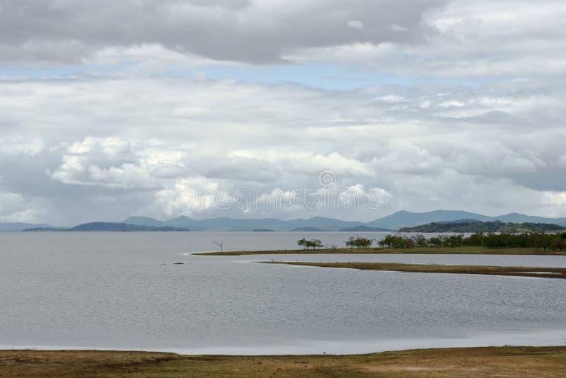 Wolken über dem See lizenzfreies stockbild