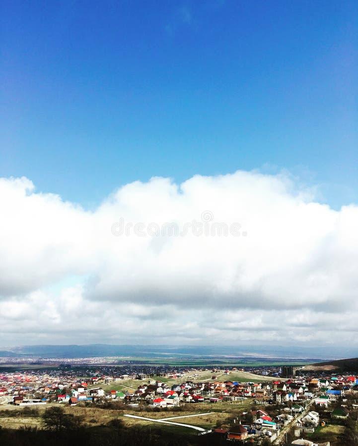 Wolken über dem Seedorf stockfotografie