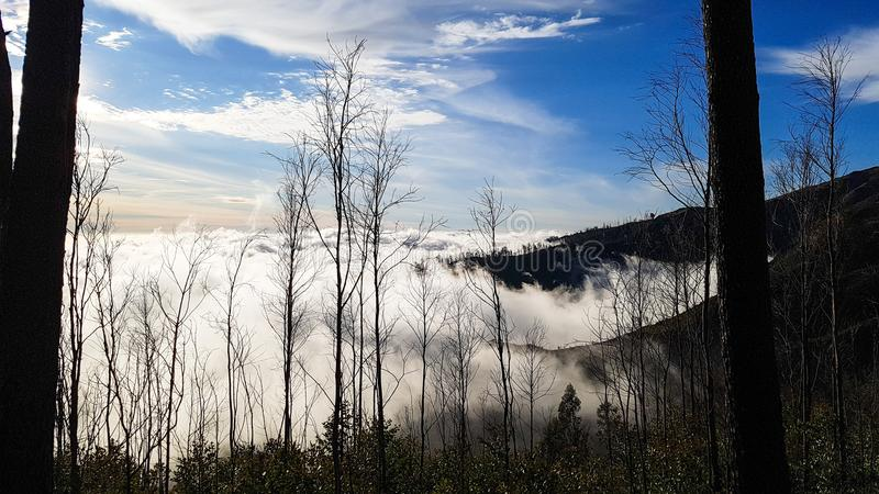Wolken über den Bergen lizenzfreie stockbilder