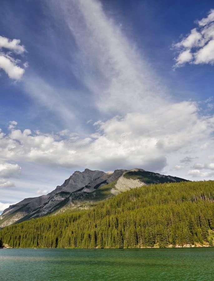 Wolken über den Bergen stockfotos
