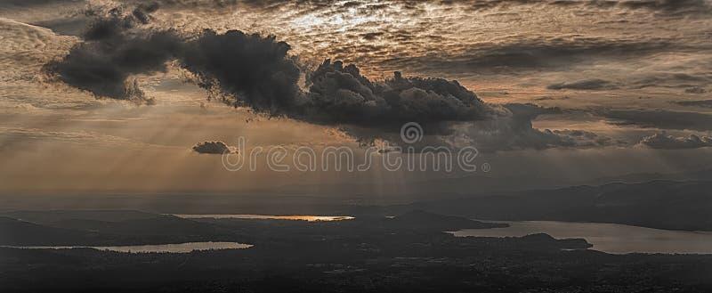 Wolken über den Seen mit Sonnenstrahlen lizenzfreie stockfotografie