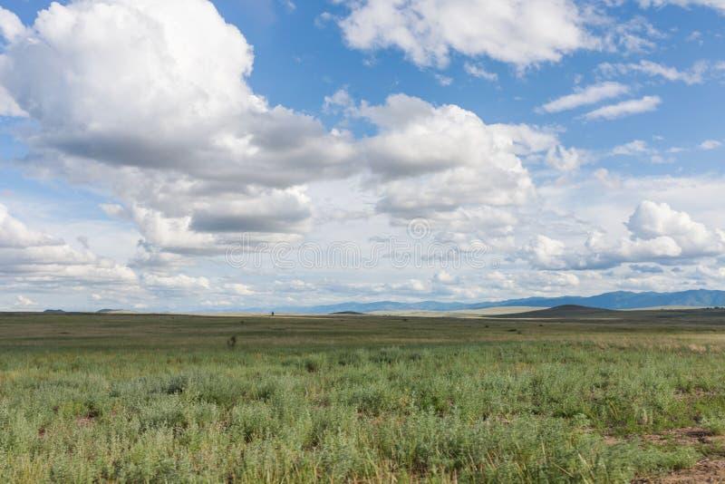 Wolken über der Grünebene Tyva steppe Sonniger Sommertag lizenzfreie stockfotos