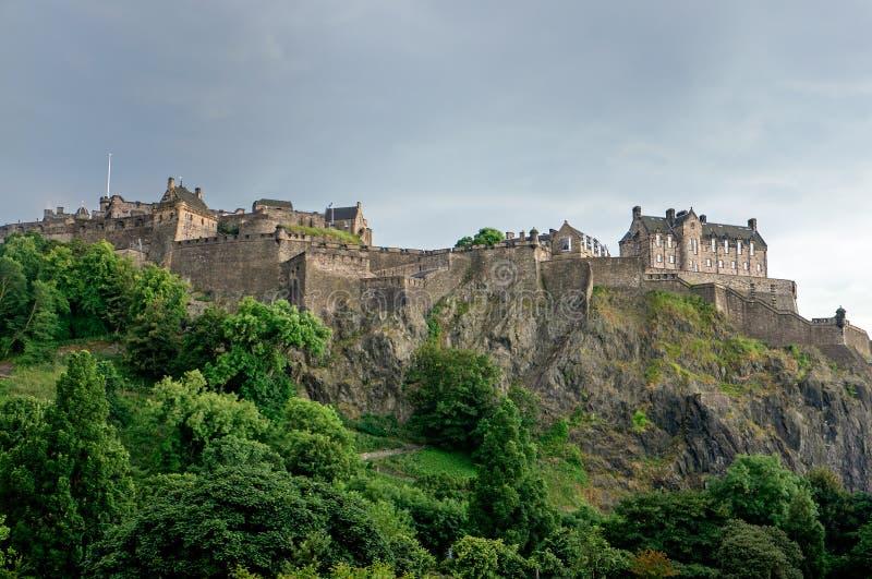 Wolken über Edinburgh-Schloss stockfotos