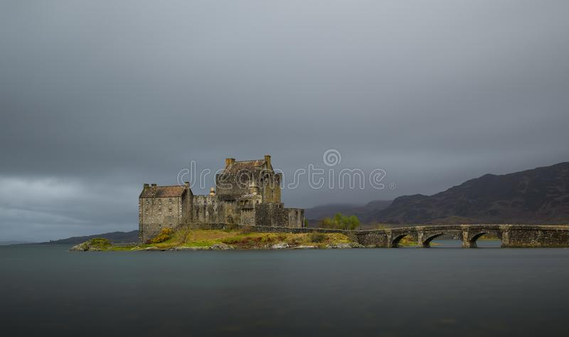 Wolken über Eilean Donan Castle in Schottland lizenzfreies stockbild
