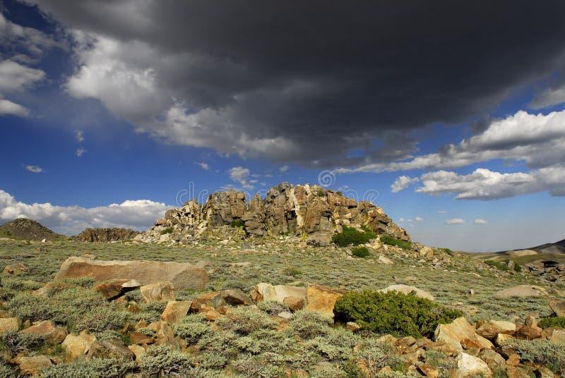 Wolken über Inyo Bergen in Kalifornien lizenzfreies stockfoto