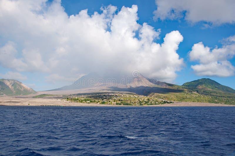Wolken über Montserrat-Vulkan stockbilder