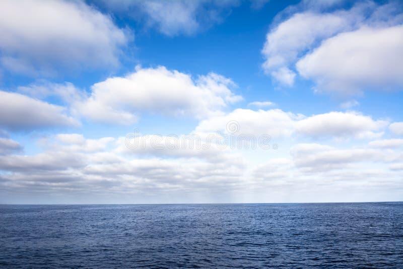 Wolken über Ozean lizenzfreies stockfoto
