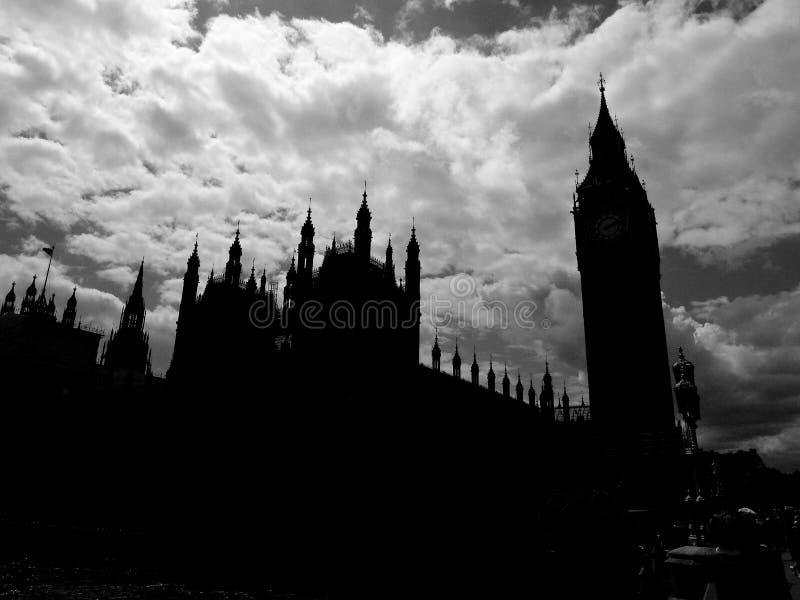 Wolken über Parlamentsgebäuden in London lizenzfreie stockbilder