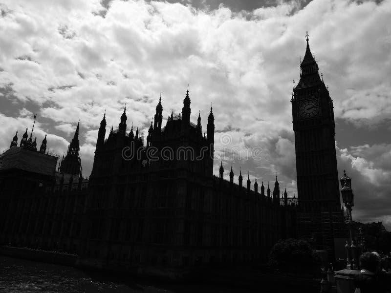 Wolken über Parlamentsgebäuden in London lizenzfreies stockbild