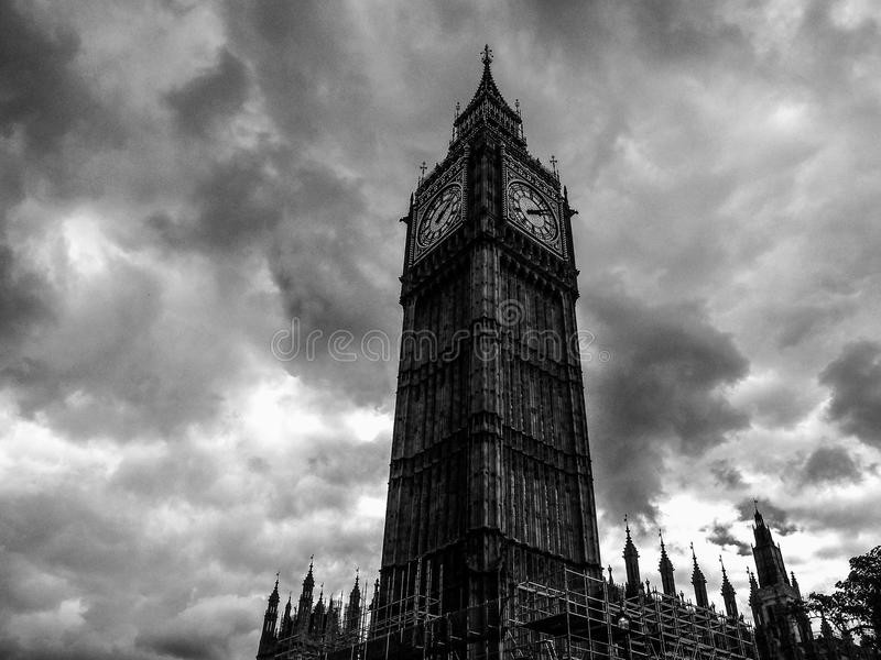 Wolken über Parlamentsgebäuden in London (hdr) stockfoto