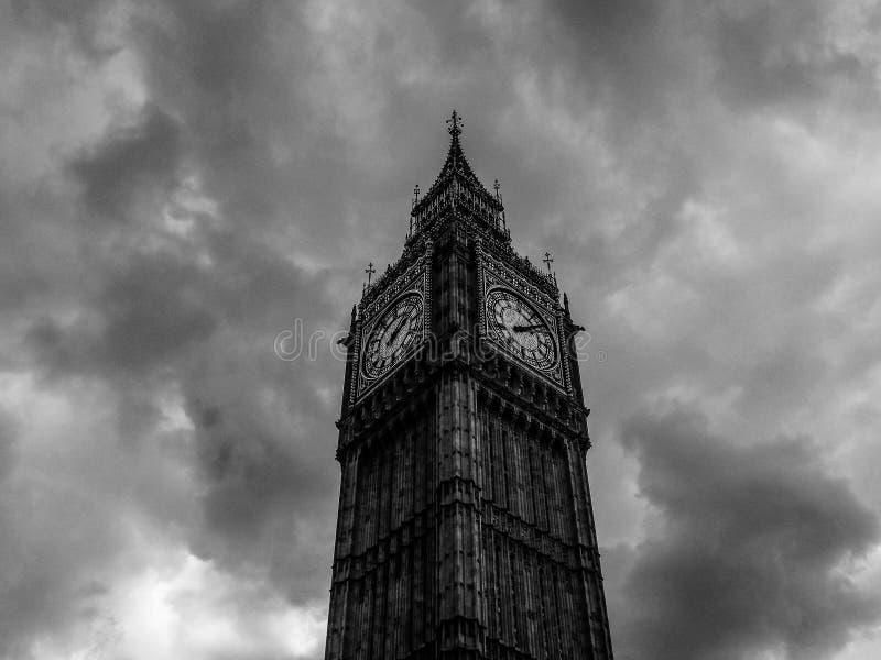 Wolken über Parlamentsgebäuden in London (hdr) stockfotos