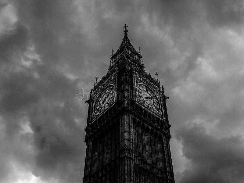 Wolken über Parlamentsgebäuden in London (hdr) lizenzfreie stockfotografie