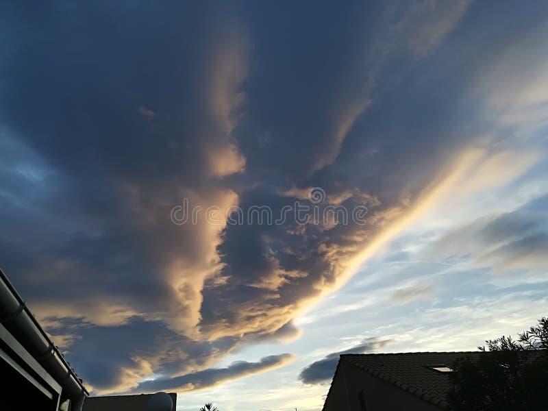 Wolken über See stockfotografie