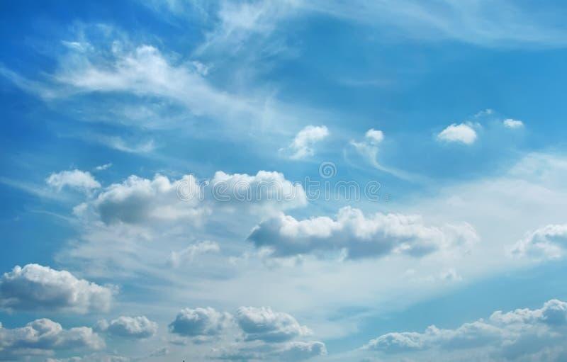 Wolken über Stadt stockbild