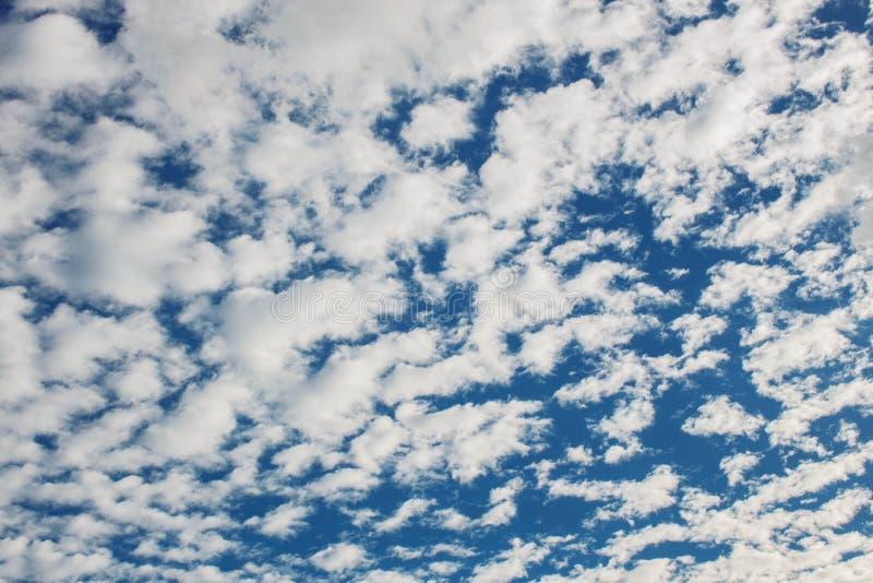 Wolken auf dem Himmel lizenzfreies stockfoto