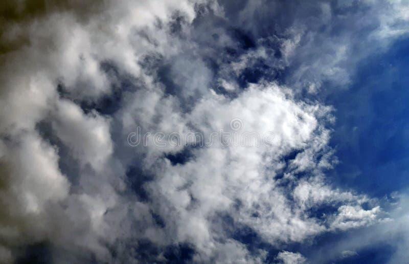 Wolken auf dunkelblauem Himmel, bewölkter Hintergrund stockbild