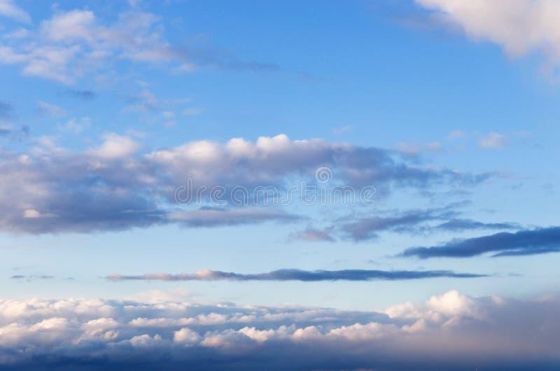Wolken auf Dunkelheit lizenzfreie stockbilder