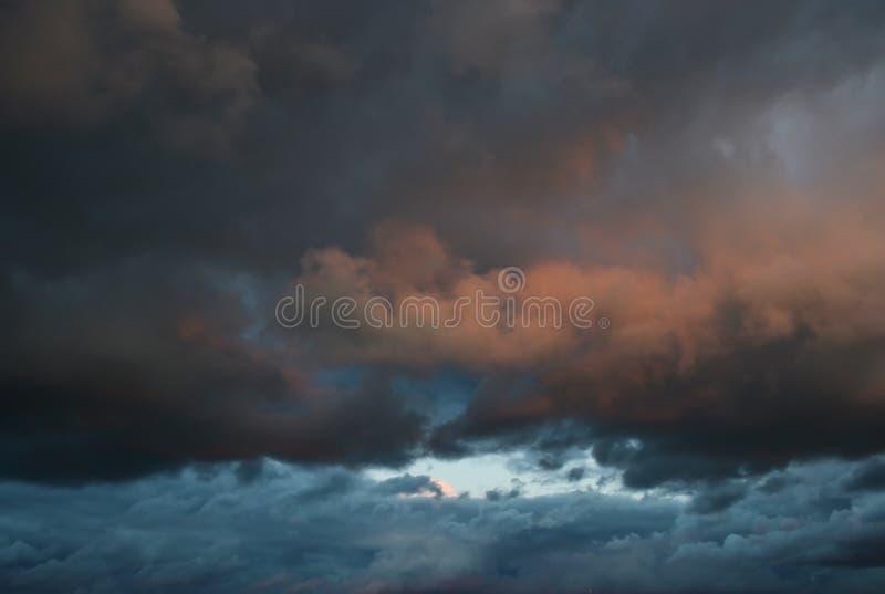Wolken bei Sonnenuntergang lizenzfreie stockfotos