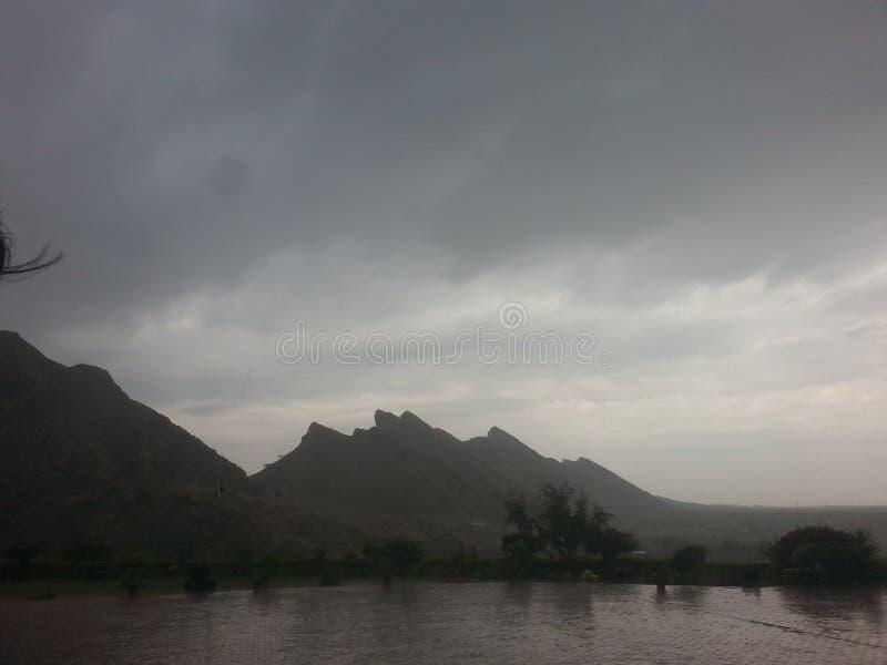 Wolken in bergen royalty-vrije stock afbeelding