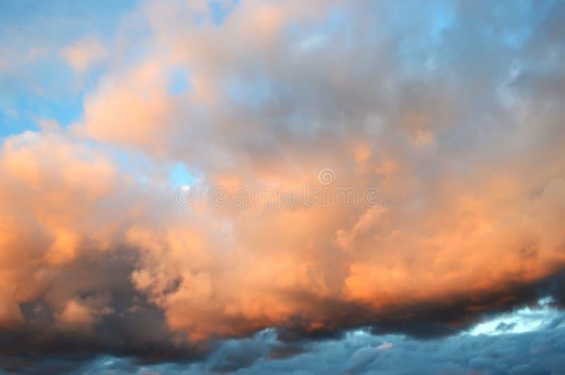 Wolken bij zonsondergang stock afbeelding