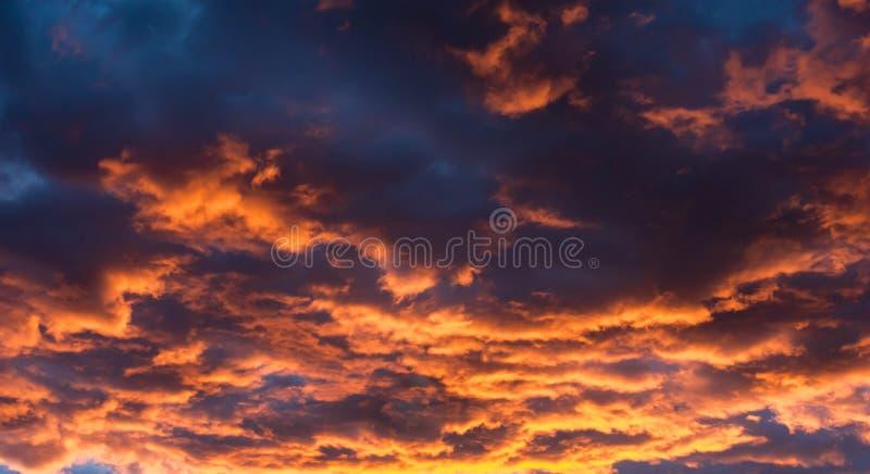 Wolken bij zonsondergang in Nevada Desert stock foto