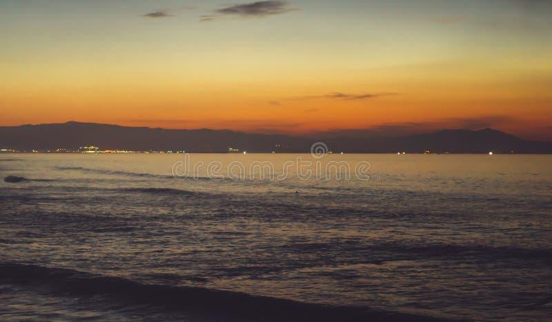 Wolken blauer Himmel und Goldsonnenlichtsonnenuntergang auf Horizontozean, Atmosphären-Strahlnsonnenaufgang des Hintergrundmeerbl lizenzfreies stockbild