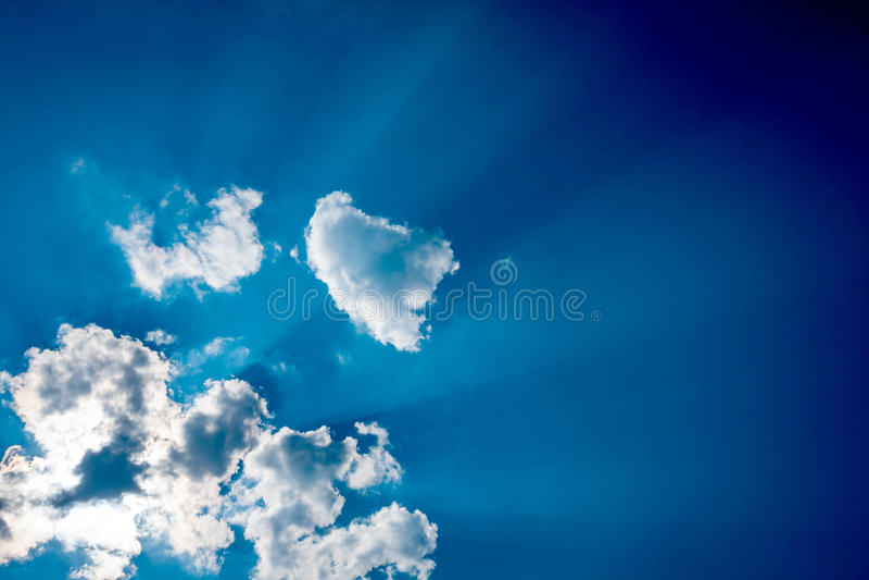 Wolken in blauwe hemel royalty-vrije stock foto's