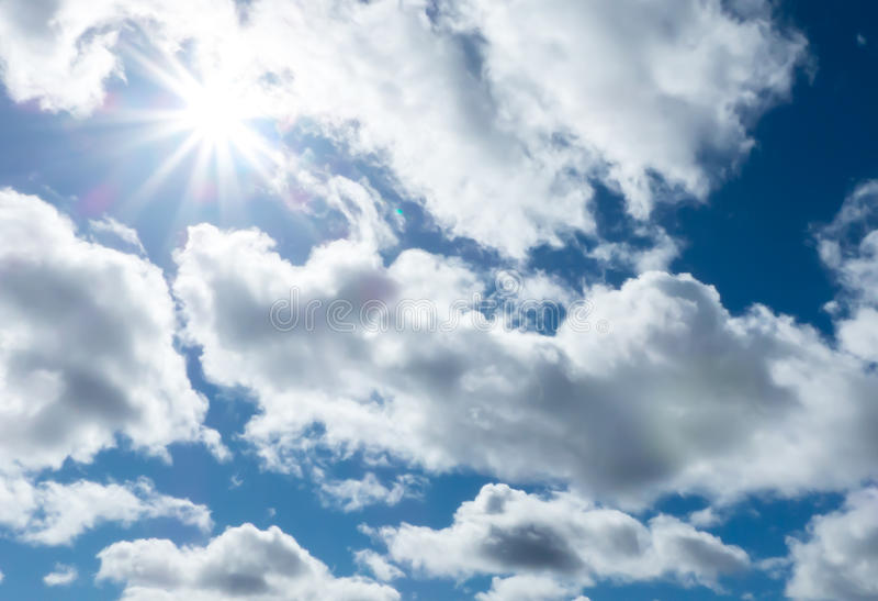 Wolken blauwe hemel en zonneschijn royalty-vrije stock afbeelding