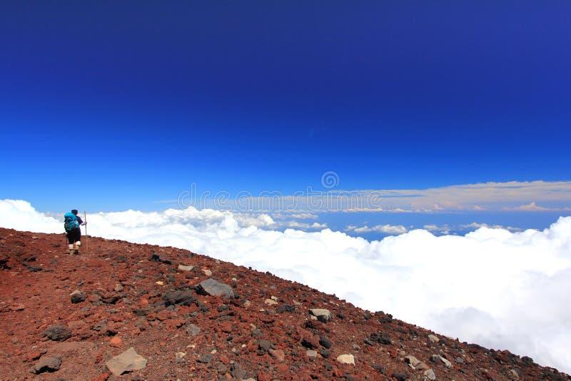 Wolken boven berg hoge en blauwe hemel royalty-vrije stock afbeeldingen
