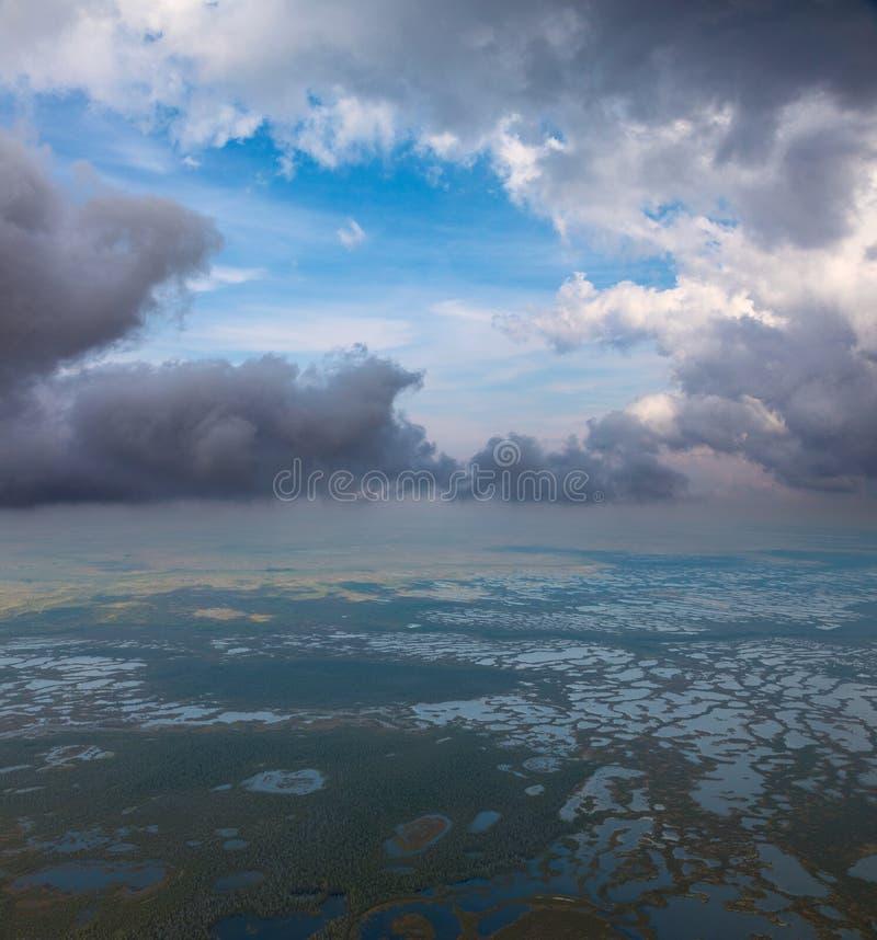 Wolken boven het moeras, hoogste mening royalty-vrije stock foto