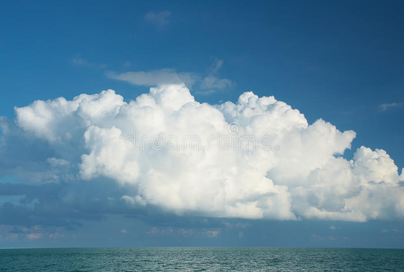 Wolken boven het overzees royalty-vrije stock fotografie