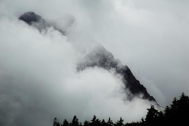 Wolken in de bergen stock foto