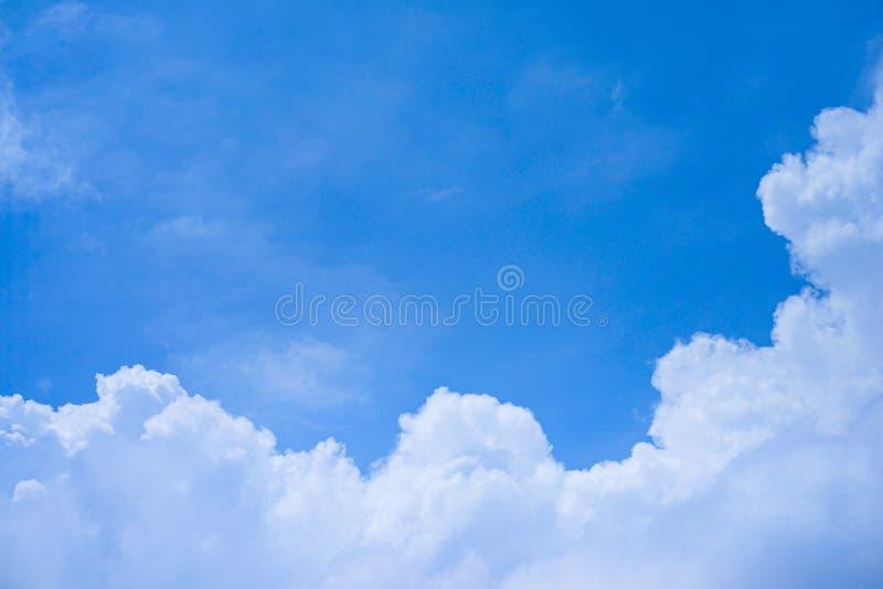 Wolken in de blauwe hemel royalty-vrije stock afbeelding
