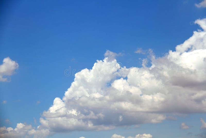 Wolken in de blauwe hemel stock fotografie