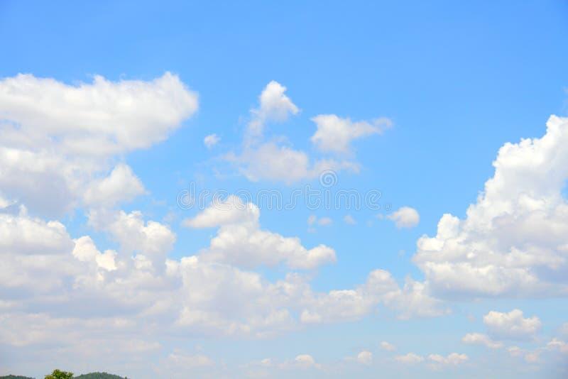 Wolken in de blauwe hemel stock afbeelding