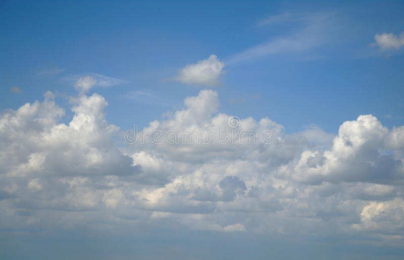 Wolken in de blauwe hemel royalty-vrije stock afbeeldingen