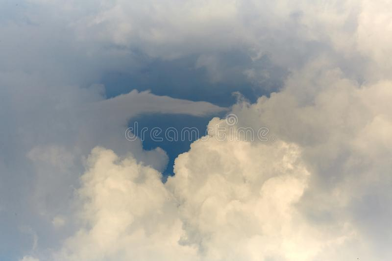 Wolken in de hemel Witte wolken, klimaatveranderingen royalty-vrije stock afbeelding