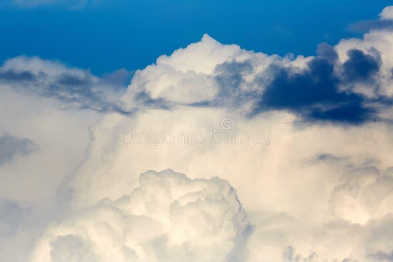 Wolken in de hemel Witte wolken, klimaatveranderingen royalty-vrije stock afbeeldingen