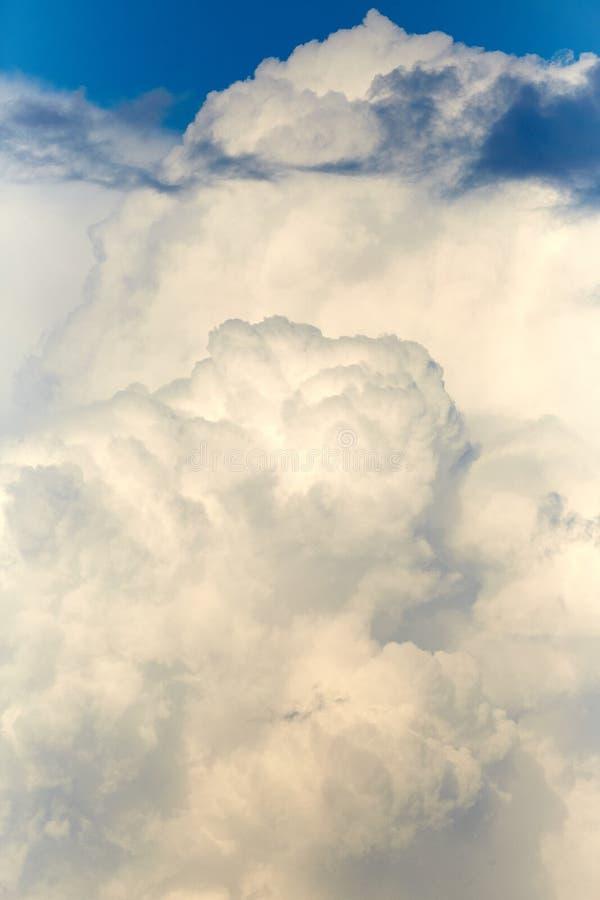 Wolken in de hemel Witte wolken, klimaatveranderingen stock afbeelding