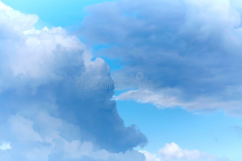 Wolken in de hemel Witte wolken, klimaatveranderingen royalty-vrije stock foto