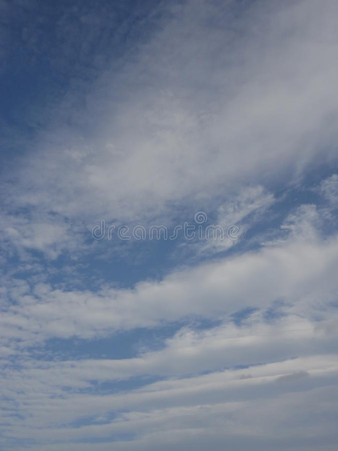 Wolken in de herfsthemel stock foto's