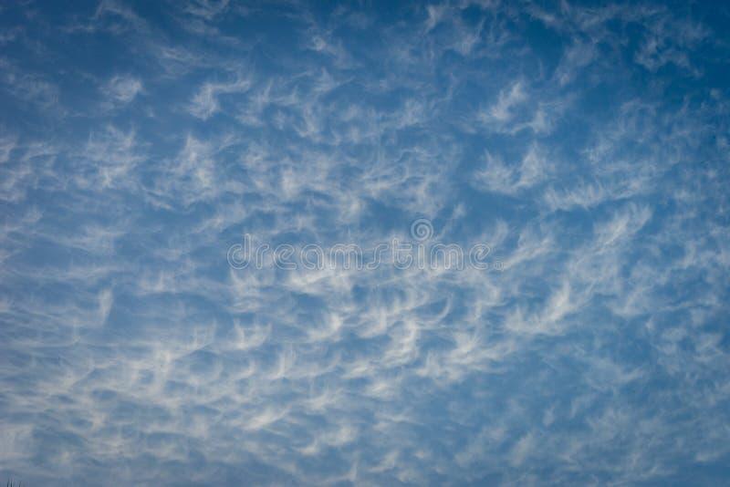 Wolken in de vorm van engelenvlotter over een blauwe hemel in Malaga, stock foto's